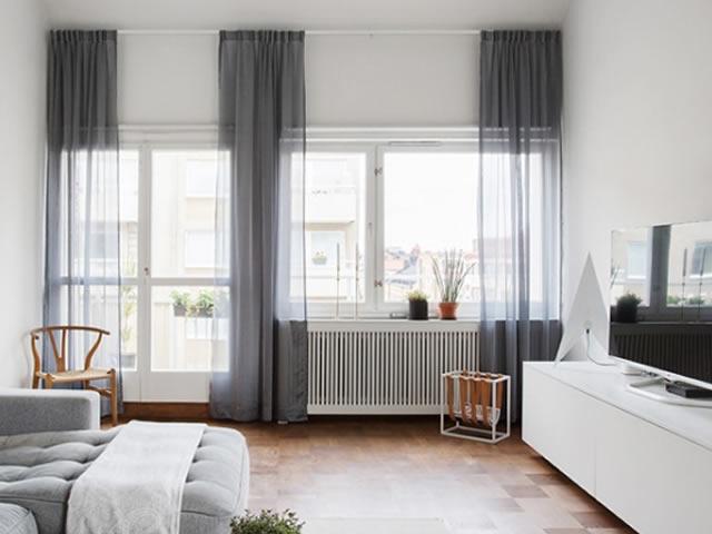 sala de tv com cortina cinza